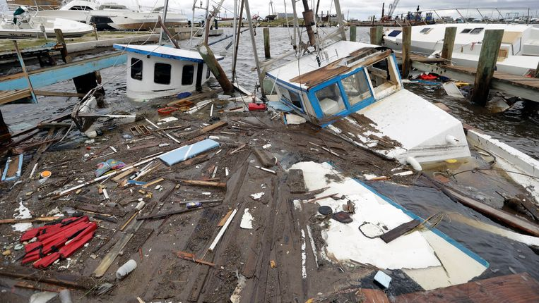 Gezonken boten in Rockport in Texas. De economische schade die Harvey aanricht zal vermoedelijk in de miljarden lopen. Beeld AP