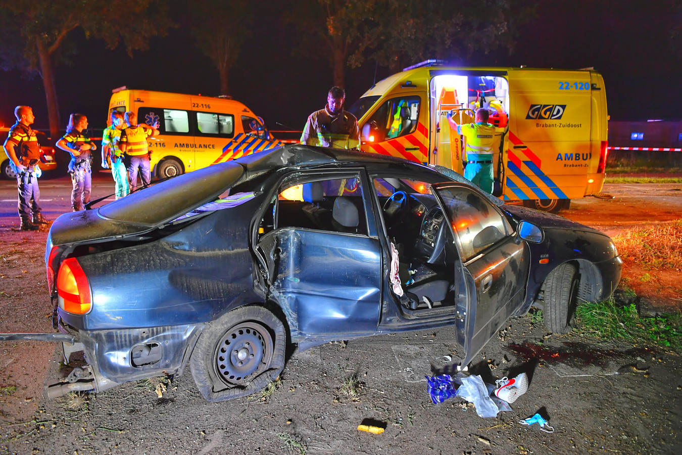De auto na het ongeluk in Waalre.