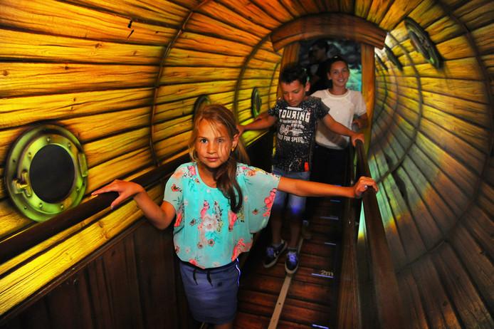 Norah, Ruben en Lieke op het bruggetje waar je zeebenen krijgt.
