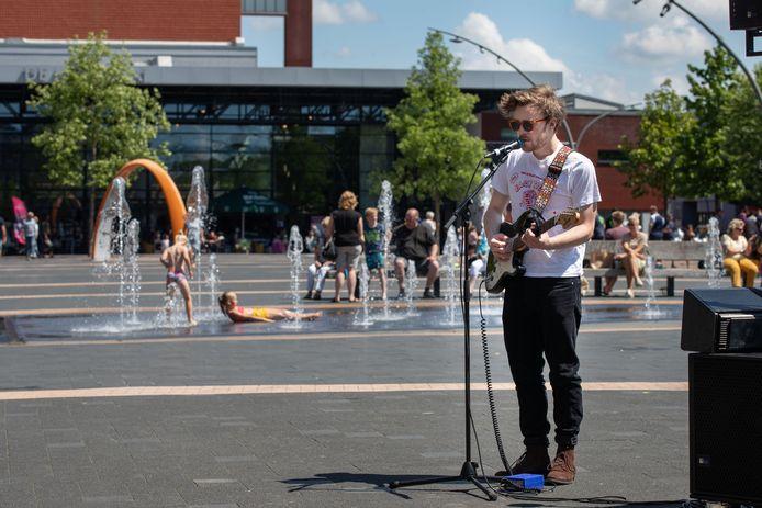 Een optreden van Robin Bentum op het Meerpaalplein, in juni van dit jaar, met op de achtergrond de 'bedriegertjes'.