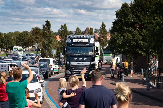 Truckersdag op Urk. Tocht voor mensen met een beperking. Bijna 200 vrachtwagens deden er aan mee.