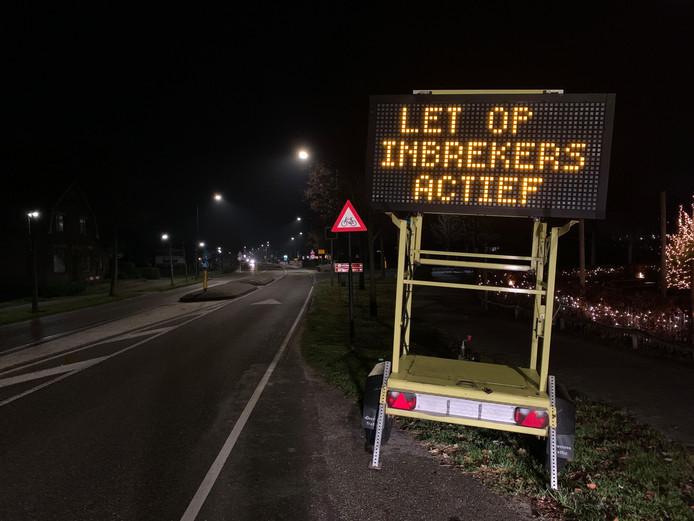 Bij de entree van Hilvarenbeek aan de Tilburgseweg worden inwoners gewaarschuwd voor inbrekers,
