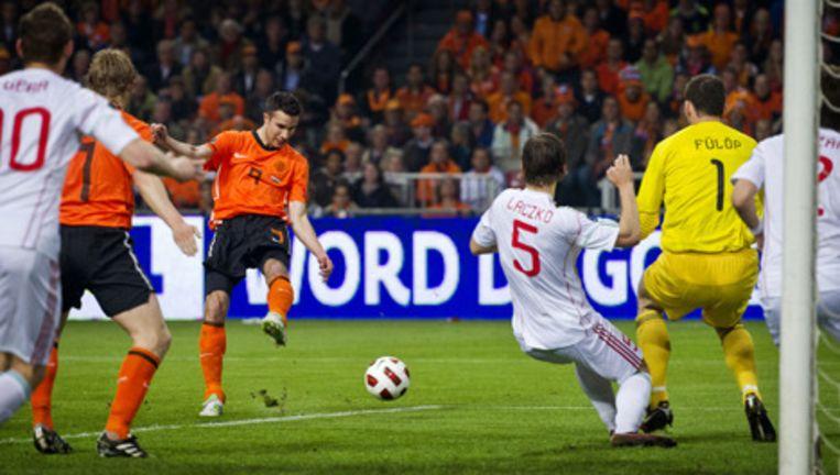 Robin van Persie schiet de 1-0 binnen tijdens de EK-kwalificatiewedstrijd tegen Hongarije in Amsterdam. Foto ANP Beeld