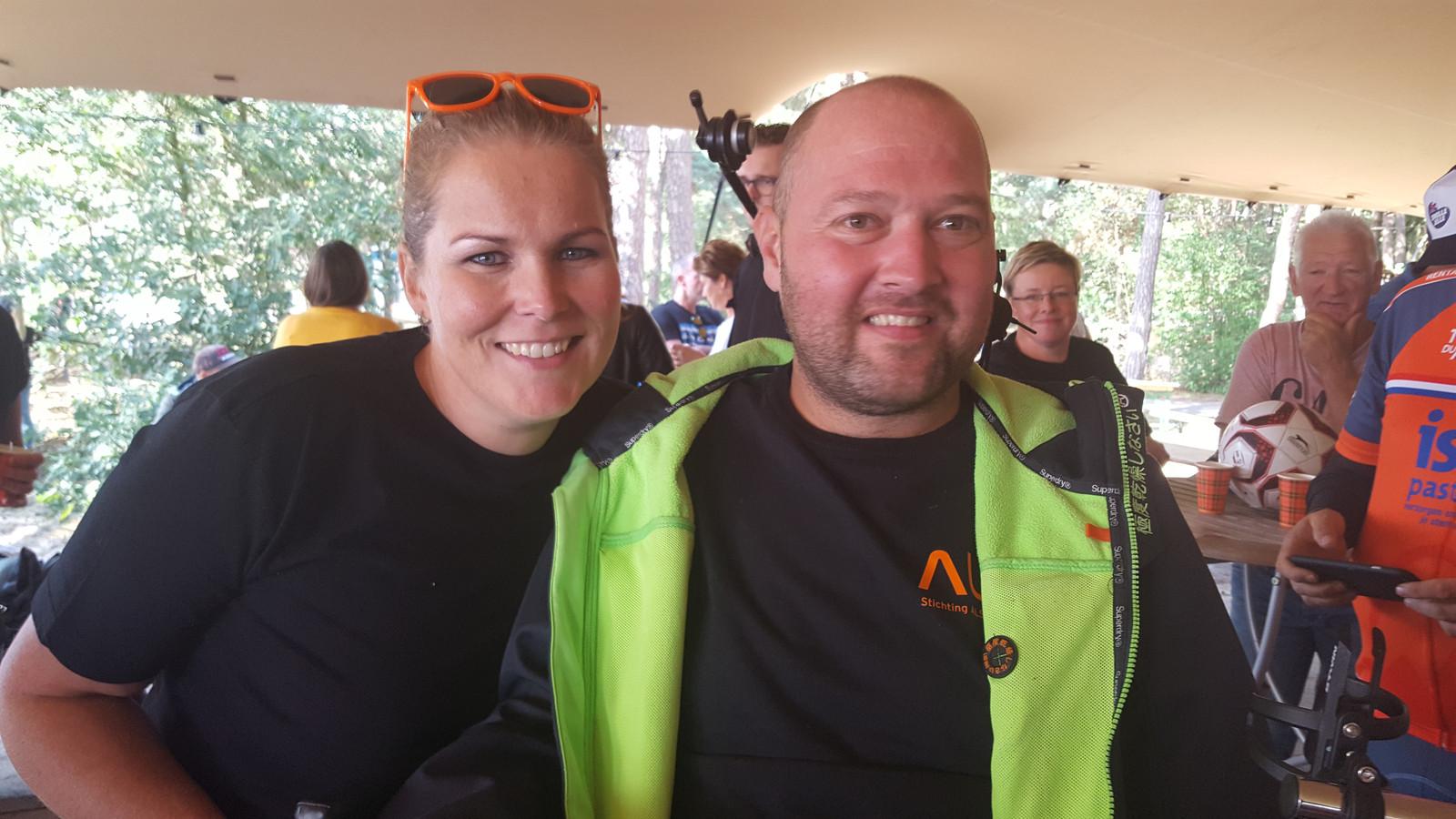 Sophie Groen en Theo Rommen uit Diessen starlen nadat zij de 2 kilometer lange zwemwedstrijd in Vught hebben volbracht.