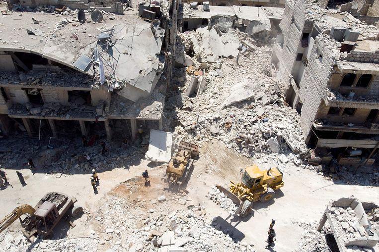 In de puinhopen na een bombardement op Maaret al-Numan in de provincie Idlib wordt gezocht naar overlevenden. Beeld AFP