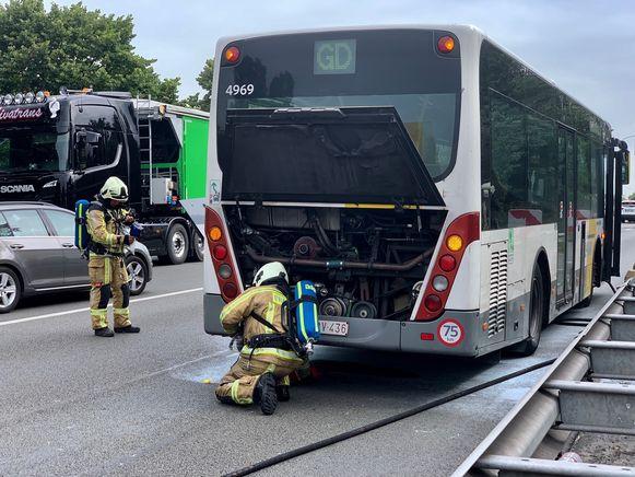 Archieffoto. De brandweer beveiligt een Lijnbus in Brugge nadat er rookontwikkeling ontstond bij de wielen door een haperende rem.