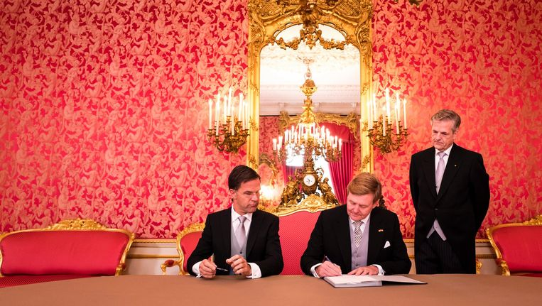De ondertekening van de Koninklijke Besluiten door koning Willem-Alexander en minister-president Mark Rutte op Paleis Noordeinde. Beeld anp