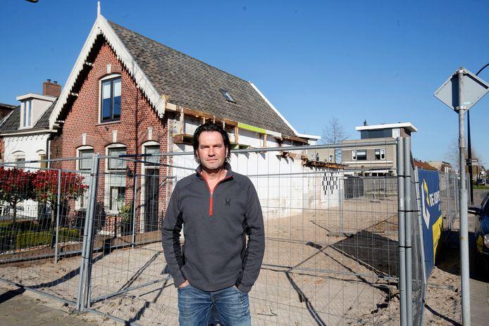 Ad Zwartbol op de hoek van de Emmalaan en Watertorenlaan in Leerdam, waar zijn voormalige woning is gesloopt in het kader van de verkeersveiligheid.
