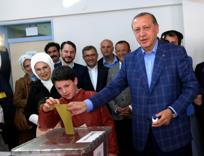 Turkish President Tayyip Erdogan casts his ballot at a polling station during a referendum in Istanbul, Turkey, April 16, 2017. REUTERS/Murad Sezer     TPX IMAGES OF THE DAY