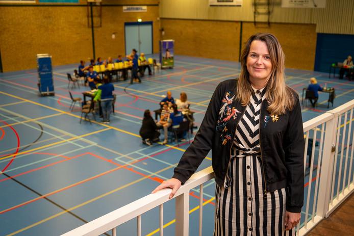 Jeugdarts Marlinda Stam in sporthal De Klipper, waar jongeren gevaccineerd worden tegen meningokokken.