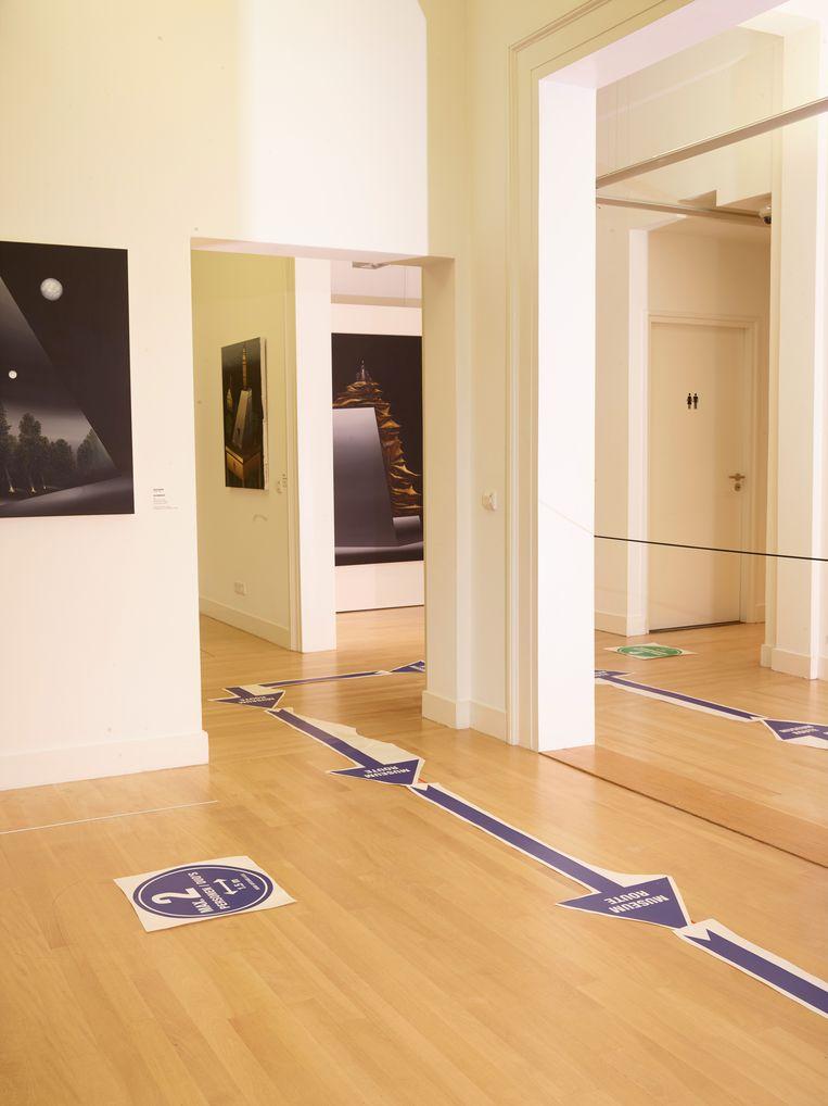 Wie een schilderij van dichtbij wil bekijken, mag van de looproute af. Beeld Henk Wildschut