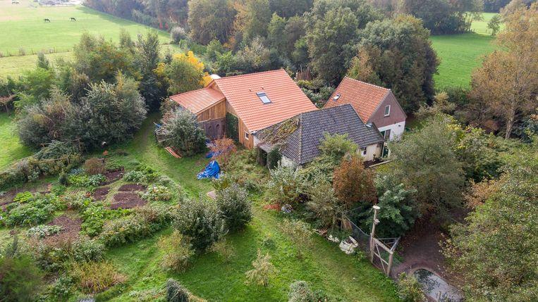 Luchtfoto van de boerderij waar het gezin jarenlang in afzondering leefde.