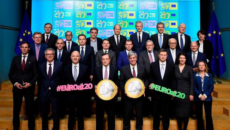 Een foto van de 'eurofamilie' ter gelegenheid van 20 jaar euro. Vooraan in het midden ECB-president Mario Draghi. Beeld John Thys / AFP