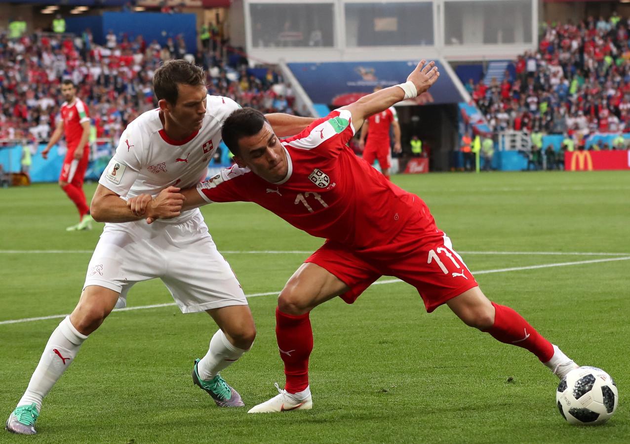 Filip Kostic (r) in actie voor Servië op het WK in Rusland.