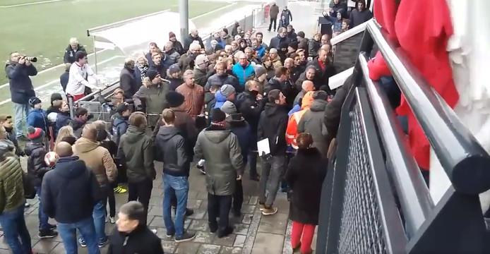 Tumult aan het einde van de wedstrijd van Noordwijk - Hoek