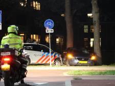 Politie ramt auto bij achtervolging door Harderwijk, drie verdachten opgepakt