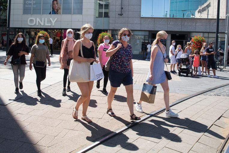 Winkelend publiek in het centrum van Rotterdam. Beeld Arie Kievit