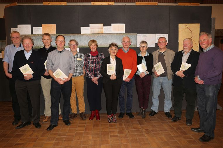 Het bestuur van de heemkundige kring met hun jaarboek