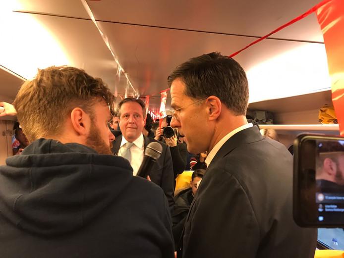Pechtold (D66) en Rutte (VVD) praten met jonge kiezers.
