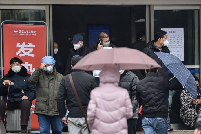 Mensen in Wuhan melden zich massaal in het ziekenhuis, zoals hier bij het Vijfde Ziekenhuis.