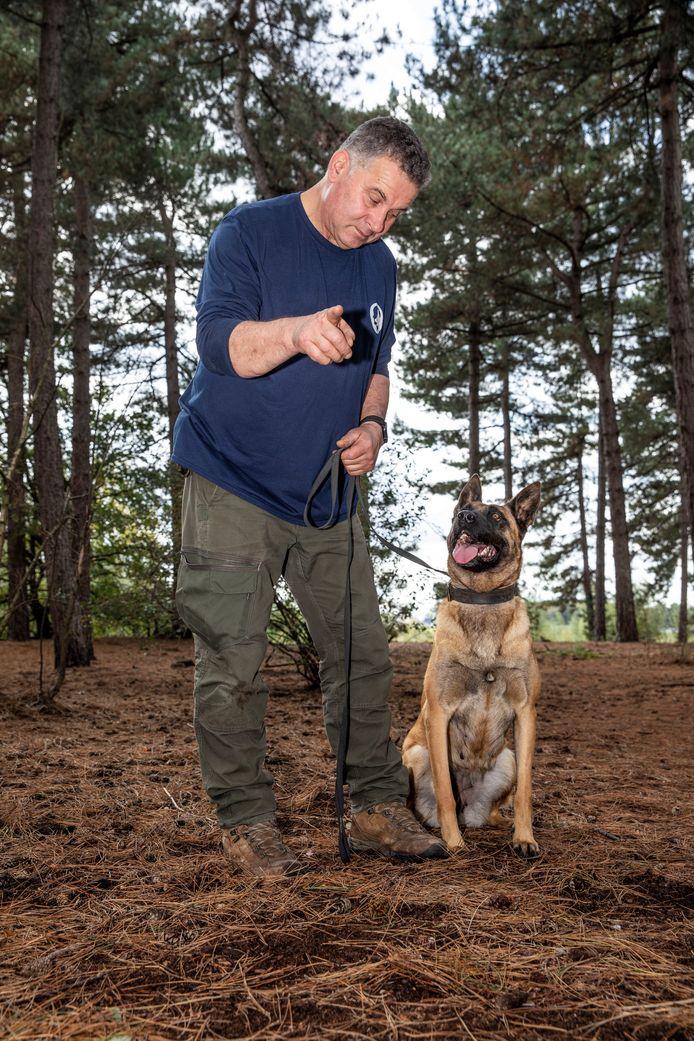 Marco van Hoof traint sinds 1990 honden voor de special forces en het leger. Op deze foto is niet de hond te zien die IS-leider Abu Bakr al-Baghdadiin het nauw dreef.