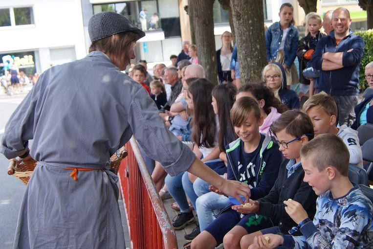 Kinderen en toeschouwers kregen snoep toegestopt.