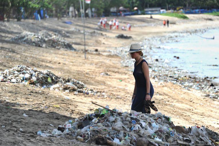 Bergen troep op het strand in Bali.  Beeld AFP