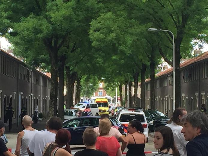 De straat is afgesloten en het incident in Tilburg trekt veel bekijks.