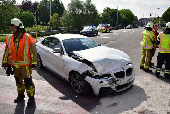 De BMW 325 liep zware schade op bij de botsing.
