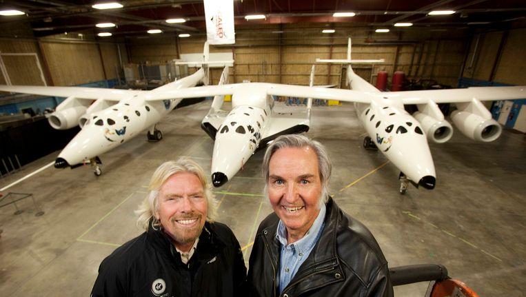 Oprichter van Virgin Atlantic Airways Richard Branson (L) met vliegtuigbouwer Burt Rutan. Ze poseren voor ruimtevliegtuig SpaceShipTwo Beeld reuters
