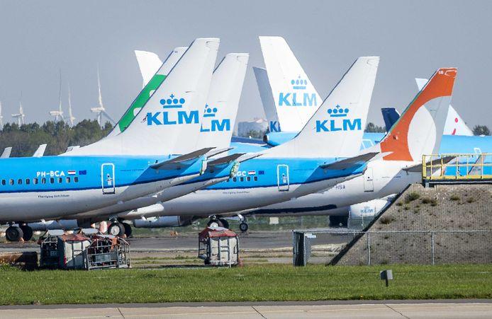 Geparkeerde vliegtuigen op luchthaven Schiphol. Als gevolg van het coronavirus ligt het vliegverkeer voor een groot deel plat