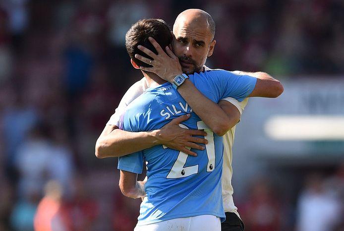 Pep Guardiola knuffelt aanvoerder David Silva, die zijn 400ste duel speelde voor City.