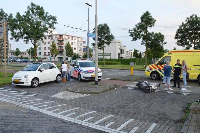 De scooter ligt op de grond na de aanrijding in Arnhem.