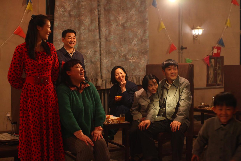 Acteurs Jingchun Wang (l) en Mei Yong (midden) kregen in Berlijn een Zilveren Beer voor hun acteerwerk.