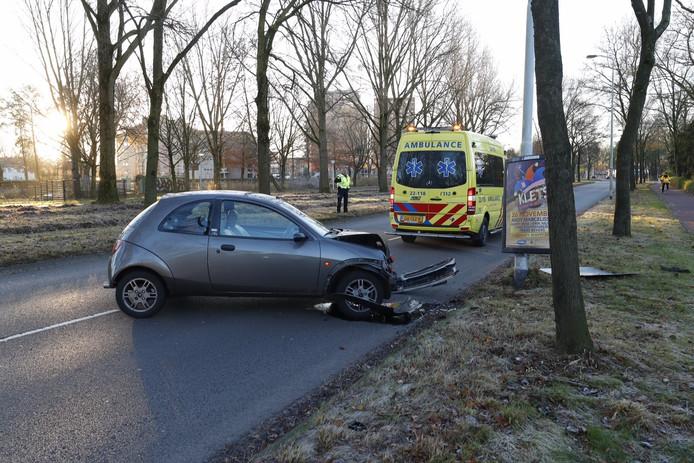 Vrouw rijdt auto tegen lantaarnpaal op Kasteellaan in Eindhoven