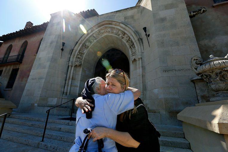 Non Catherine Rose knuffelt de (toen) beoogde koper van het klooster, ondernemer Dana Hollister.