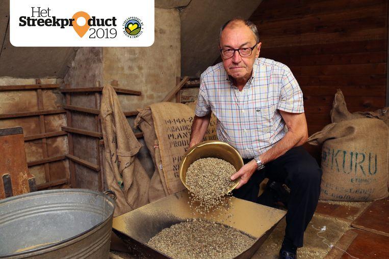 Louis Manendonckx aan de slag op de zolder van de koffiebranderij.