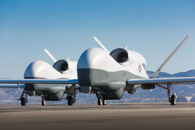Twee MQ-4C Triton drones, het type dat volgens zegslieden van de VS is neergehaald door Iran. Beeld EPA