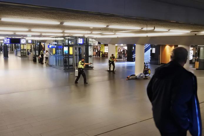 De winnaar van de publieksprijs Steven Kruit:  Op 31 augustus 2018 steekt een Afghaanse man uit Duitsland twee Amerikanen neer op Amsterdam Centraal, in een van de tunnels. Politie schoot de man daarna neer. Het station werd geevacueerd en de tunnel tijdelijk afgesloten. Politie houdt ernstig rekening met een terroristisch motief. De Amerikaanse ambassade werkt mee met de politie om de toedracht te achterhalen.