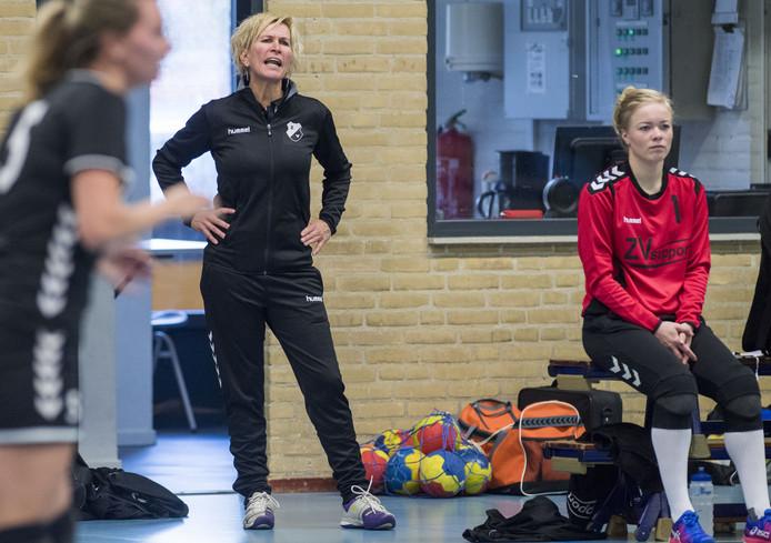 Trainer Leoniek Besselink (midden) van Zenderen Vooruit.