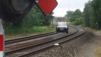 Autodieven rijden zich vast op treinsporen na dolle vlucht