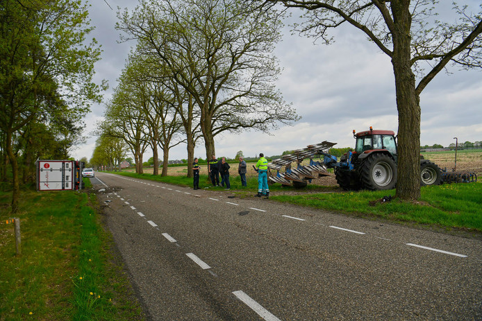 De vrachtwagen kantelde na een aanrijding met een landbouwwerktuig.