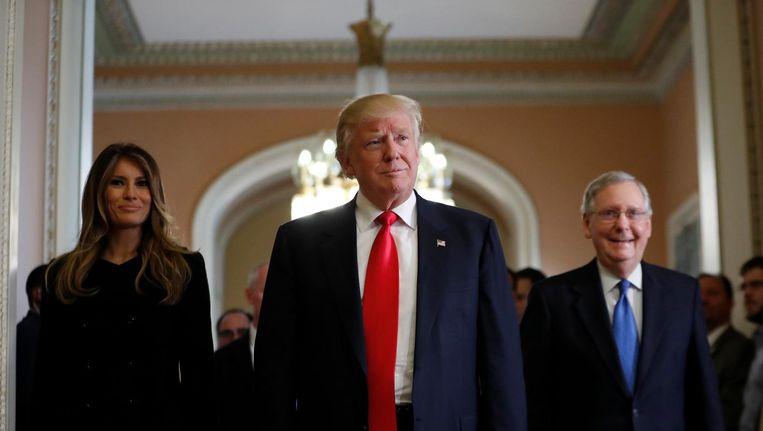 Melania, Trump en meerderheidsleider Senaat Mitch McConnell Beeld ap