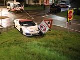 Peperdure Lamborghini van trouwstoet botst op busje