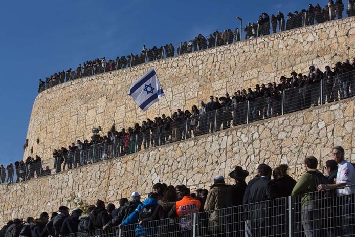 Vele toeschouwers bij de begrafenis van Yohan Cohen, Philippe Braham, François-Michel Saada en Yoav Hattab