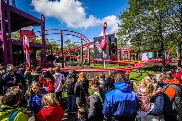 Veel volk voor de opening van de nieuwe coaster.
