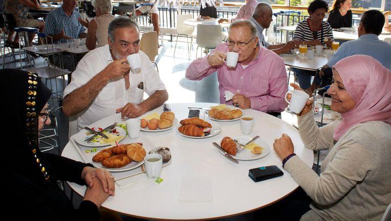 Een groep Irakese vluchtelingen komt elke week gezamenlijk ontbijten Beeld Jan Dirk van der Burg