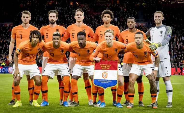 Het Nederlands elftal voorafgaand aan de EK-kwalificatiewedstrijd tegen Estland eind vorig jaar. Beeld ANP