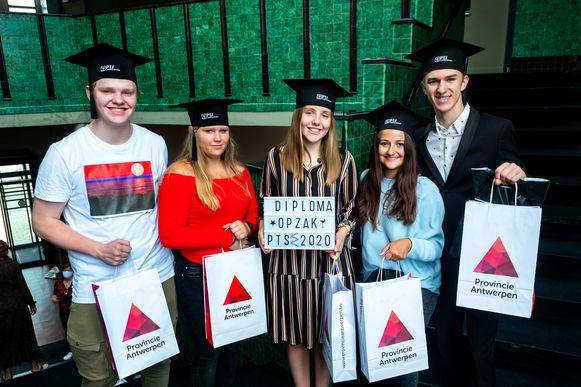 Enkele studenten van PTS Boom en hun afstudeerzakje, met links Giliam Goossens.