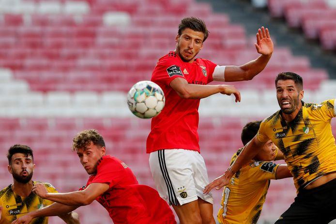 Rubén Dias (midden), op weg naar het openingsdoelpunt in de match tegen  Moreirense in Lissabon, Portugal.